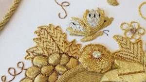 traje bordado con hilo de oro